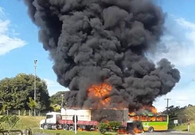 Caminhão e ônibus pegam fogo após colisão em Bom Jesus do Itabapoana