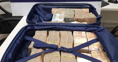 PRF apreende cerca de R$ 500 mil em espécie em mala dentro de ônibus no RJ