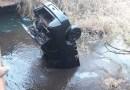 Nível de rio baixa e revela carro com ossada em SP