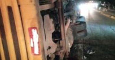 Caminhão de cerveja tomba na BR-101, em Campos