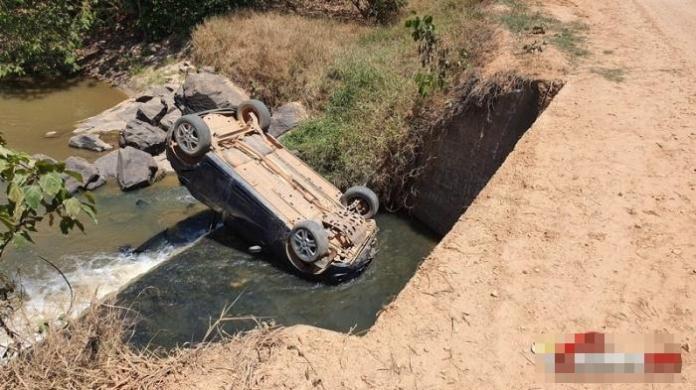 Motorista perde controle da direção e vai parar dentro de rio