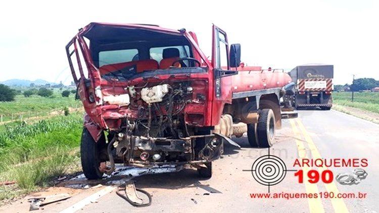 ACIDENTE: Motorista fica gravemente ferido em colisão frontal de caminhões na BR-364