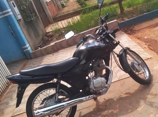 Câmera de segurança filma roubo de moto no centro de Rolim de Moura