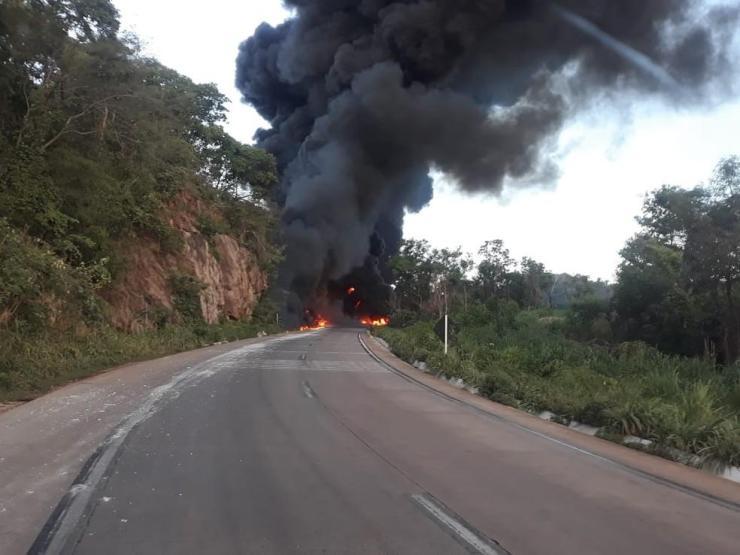 Motorista morre carbonizado após caminhão carregado de combustível explodir na BR-364 em MT; veja vídeos