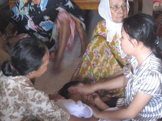 RACHTA YAHYA/ TRIBUN BATAM Keluarga H Syamsudin, seorang korban kapal rombongan pengantin tenggelam menangis histeris dan pingsan di RT 05 RW 05, Kelurahan Sei Lakam, Kecamatan Karimun, Selasa (21/9/2010).