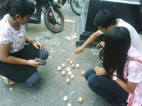 Telur-Telur Ini Bisa Berdiri Tiap Perayaan Imlek