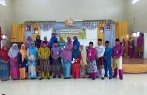 Camat Riki Rihardi, S STP, MSi (pakai baju kuning di tengah) bersama perwakilan kader posyandu, TP PKK Mandau dan unsur pemerintah Kecamatan Mandau