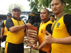 Kapolres Rohul dan Wakapolres, juga ikut tarik tambang di irigasi , dan serahkan hadiah ke pemenang lomba
