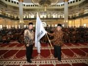 Sekda Rohul, Abdul Haris, Serahkan bendera kontingen MTQ Rohul kepada ketua rombongan M Ruslan, saat pelapasan 41 kafilah Rohul ikuti MTQ ke 37 Riau di Pekanbaru