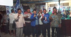 Ahmadi (pakai kemeja biru dan peci) dan Sumardani Zirnata, ST, M.Sc foto bersama para tokoh konstituennya.