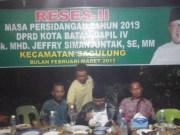Mhd. Jefri Simanjuntak saat menanggapi dan menjawab pertanyaan warga.