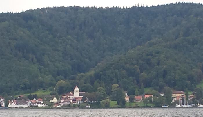 Die Pfalz Bodman, im Bereich des Kirchturms, vom Ufer in Ludwigshafen-Bodman gesehen