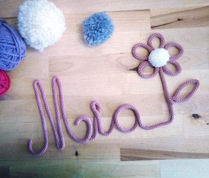 Mia tricotin avec fleur pompon
