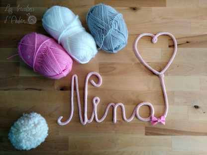 Nina en tricotin avec un coeur