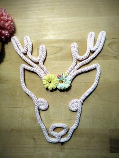 Cerf renne en tricotin avec fleurs