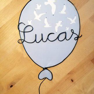 Lucas prénom en fil de fer dans un ballon