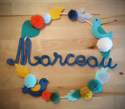 Marceau en tricotin sur une couronne avec des décorations en feutrine