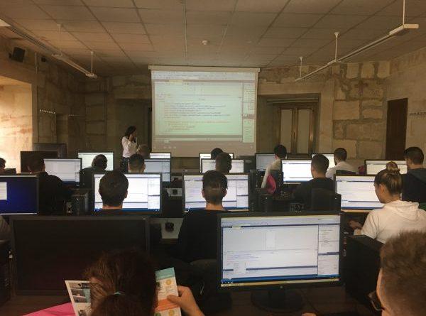 Alumnos de Colegio Santísima Trinidad de Salamanca, realizando un taller de desarrollo de aplicaciones para Windows 10 phone