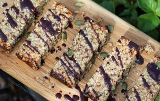 Flapjack oat bars with hemp and pumpkin seeds - sweetened with dates #vegan #glutenfree #hemp