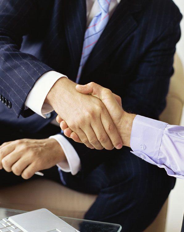 Imagem de duas pessoas se cumprimentando com aperto de mãos