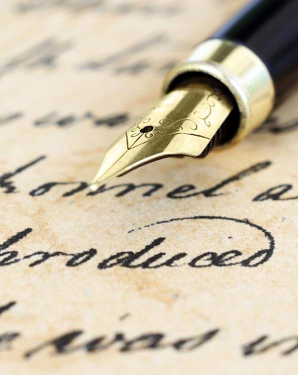 Imagem de artigo escrito com caneta tinteiro
