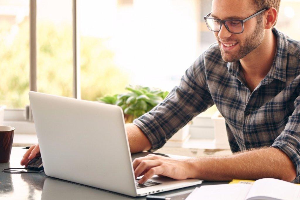Pessoa fazendo curso online como fazemos