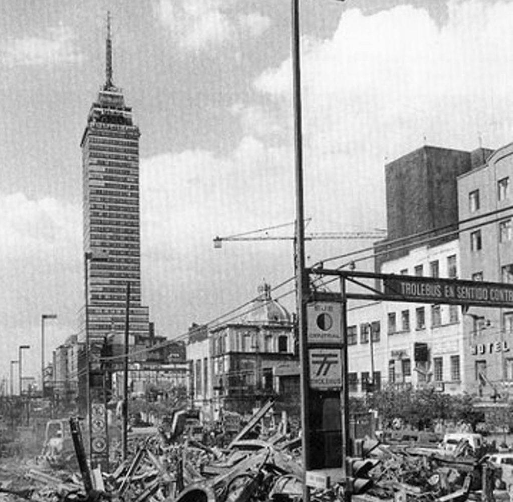 vista de la torre latinoamericana despues de un sismo