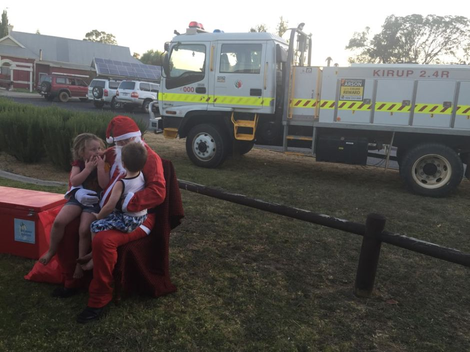Santa Clauss arrive en grandes pompes sur son camion de pompier