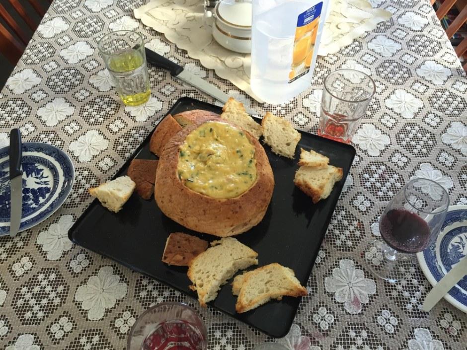 Un pain rempli avec du fromage, mais, jambon, ciboulette... Reste plus qu'à tremper les mouillettes