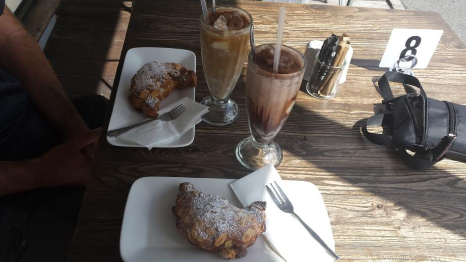 2 croissants, un ice coffee et un ice chocolat seront au menu