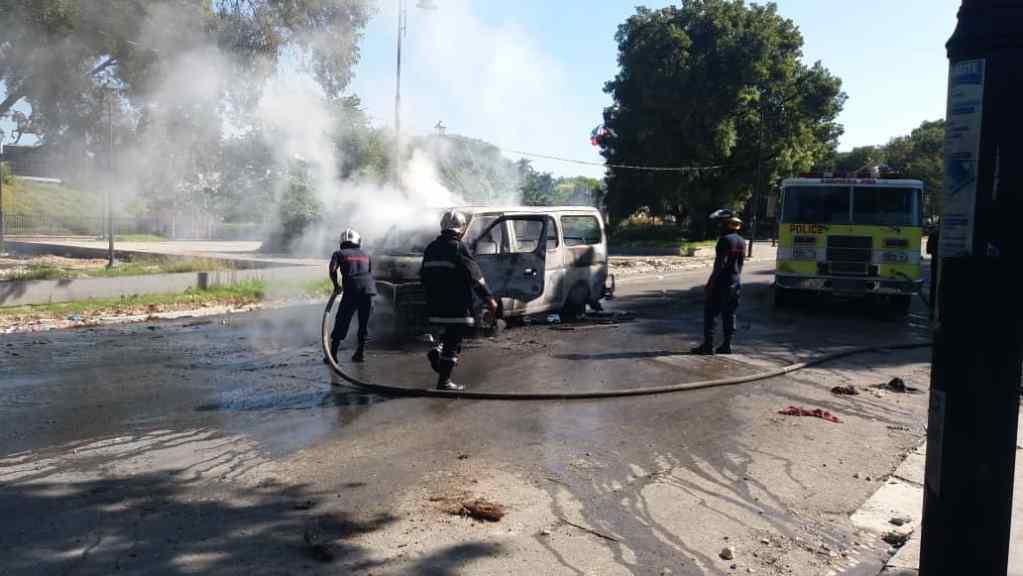 Flash: Un mini-bus brûlé et un journaliste blessé au champ-de-Mars