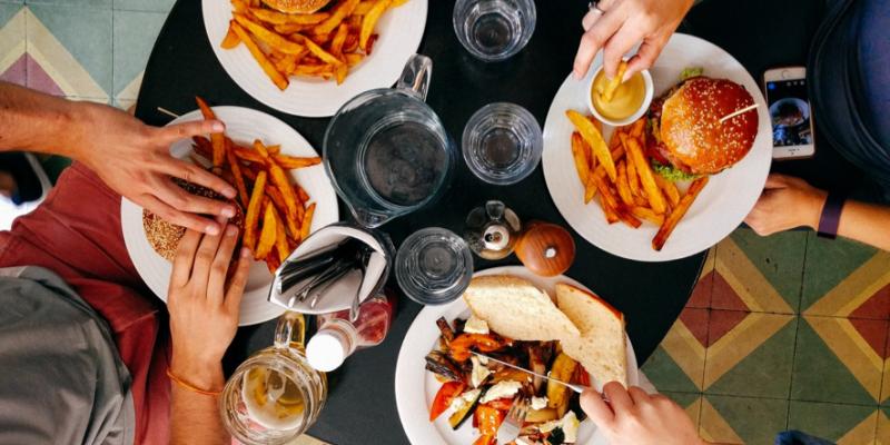 出國旅遊吃飯要注意!7個國外餐桌禮儀冷知識,在外吃飯不失禮