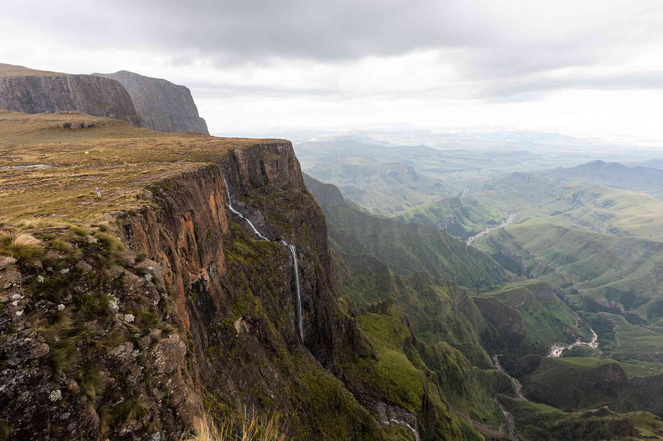 Known in zulu as quathlamba ('battlement of spears'), the drakensberg rises like a great green fortress, forming a natural border between south africa and lesotho. Jhlwjm8xctmyhm