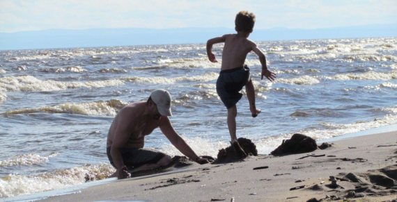 Warm water, a gentle sloping beach and soft sand everywhere make Lac St Jean a great place!