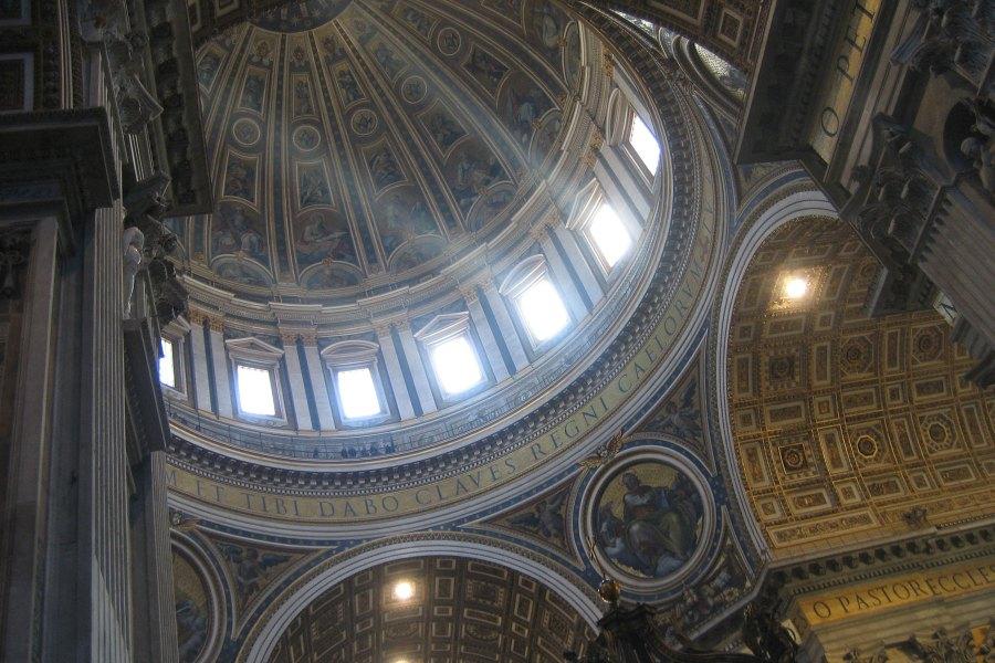 Valo siivilöityy kupolin ikkunoista © Akuppa John Wigham Flickr.com CC