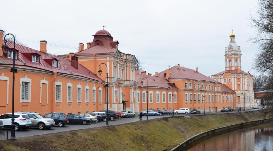 Aleksanteri Nevskin luostarin portilla © tripsteri.fi/Lotta Kauppi