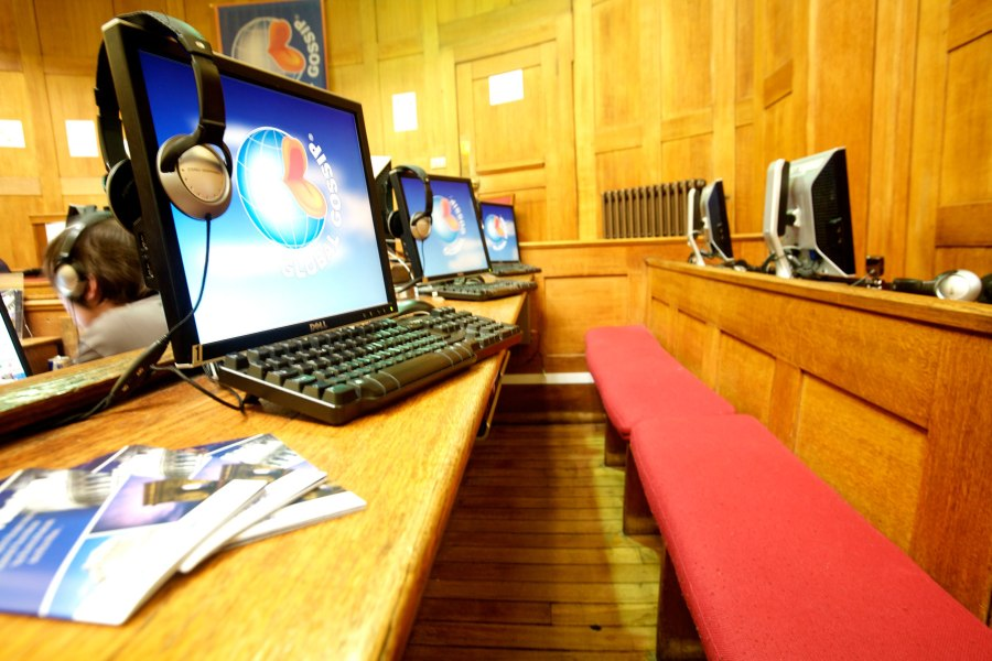 Clink78 hostelli – vanha oikeussali tietokonehuoneena © Clink Hostels
