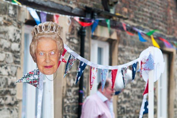 Kuningatar Elisabet II:n synttäreitä juhlitaan katujuhlissa.
