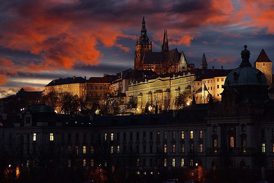 Prahan linna näyttää ulkoa linnaa enemmän palatsilta, mutta kellareista löytyy keskiaikaisia tunnelmia.