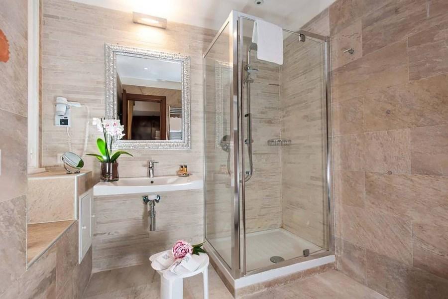 Suihkukoppi modernissa kylpyhuoneessa © Hotel del Sole al Pantheon