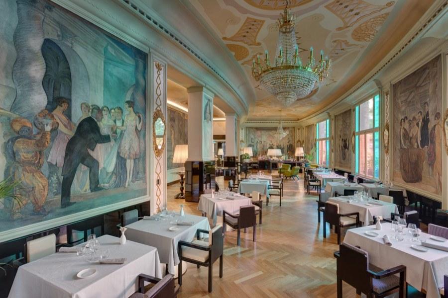 Upeat freskot koristavat ruokasalia © Grand Hotel Palace