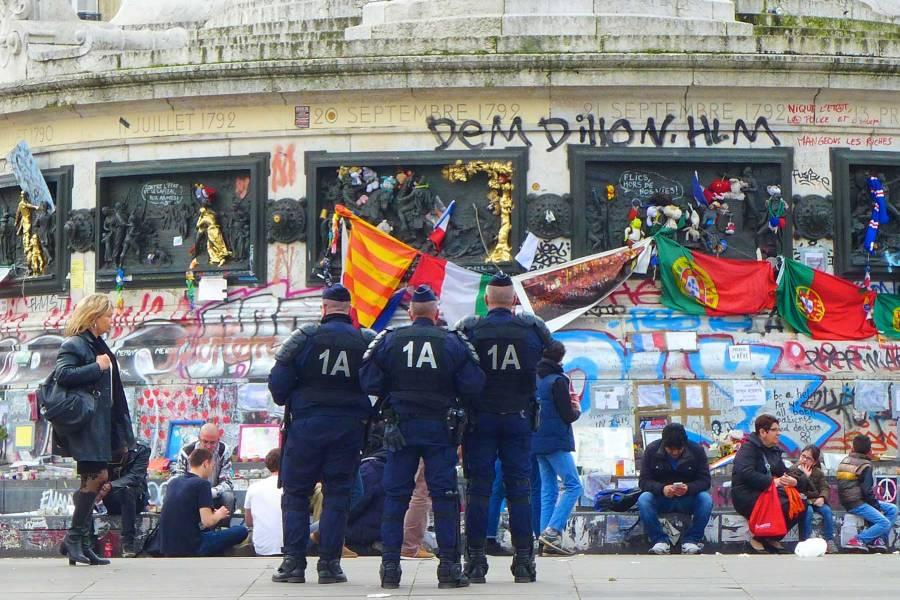 Mellakkapoliisi partioi vastedes jatkuvasti République-aukiolla. © Tripsteri/ Anneli Airaksinen.
