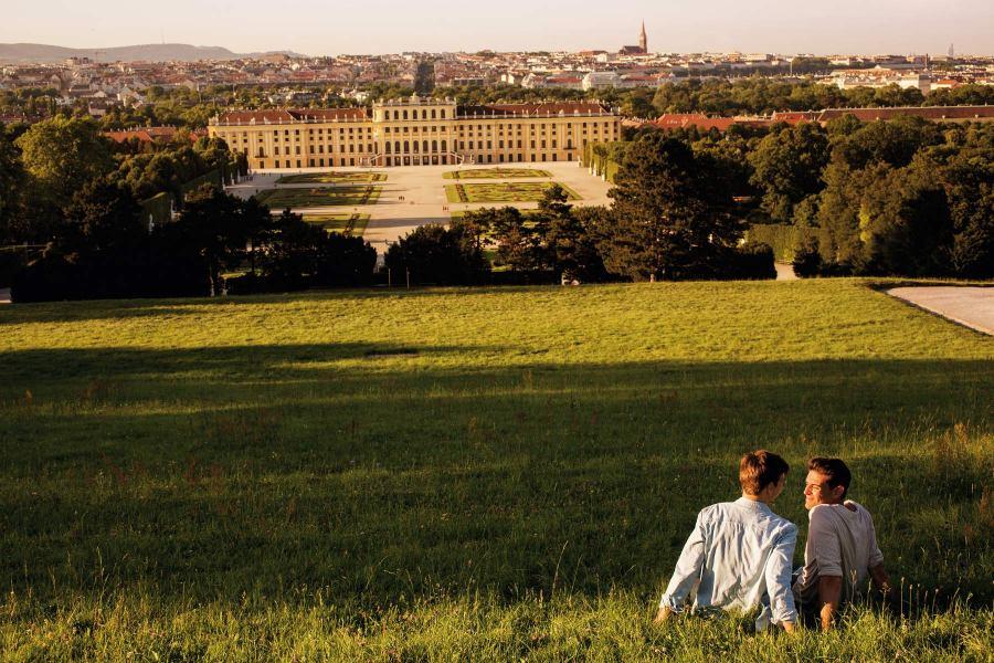 Wienin Schönbrunnin palatsin puisto on sekä paikallisten että matkailijoiden suosiossa. Kuva: © WienTourismus/Peter Rigaud.