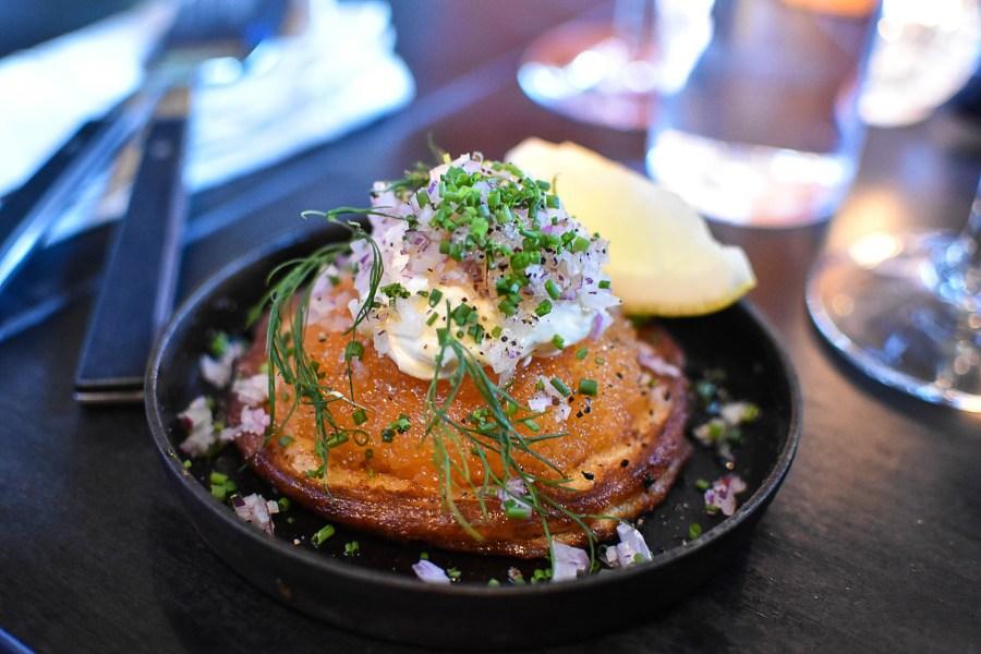Herkullinen manteli-peruna pannukakku mädin ja smetanan kera Punk Royale Cafessa. Kuva: Soile Vauhkonen
