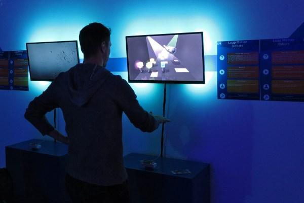Mies pelaa virtuaalisella kouralla