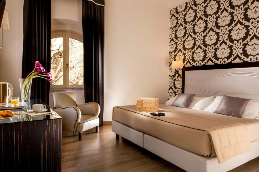 Monien huoneiden ikkunat avautuvat Via Venetolle © Hotel Alexandra