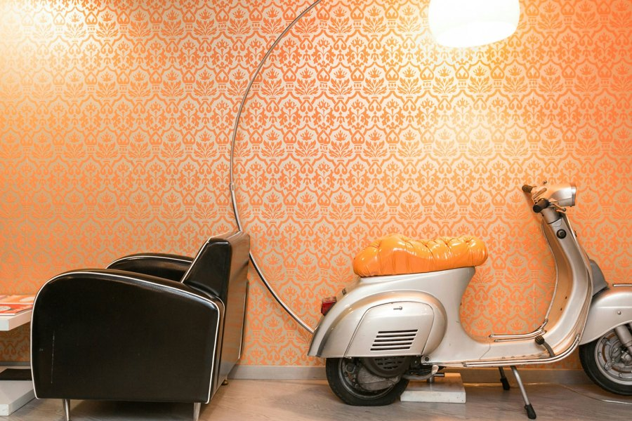Sisustukseen kuuluu tietysti vespa © Orange Hotel