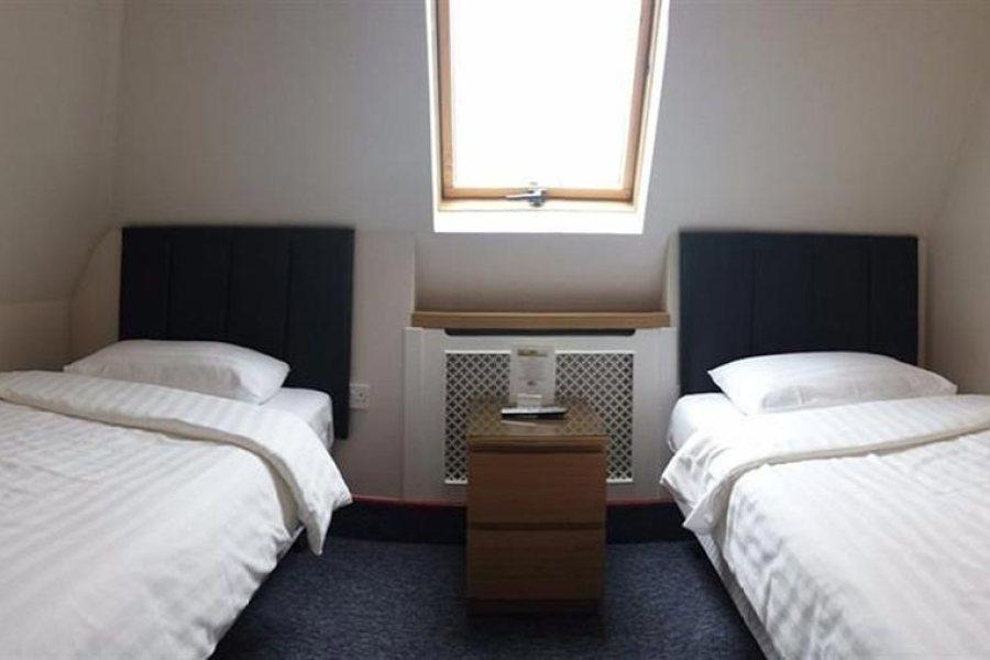 Huone kahdella erillisellä sängyllä Adria hotellissa.