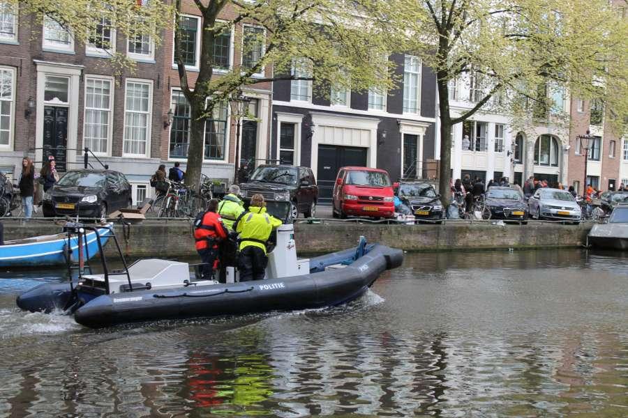 Poliisit liikkuvat Amsterdamissa myös vesiteitse. © Jasmina Toivonen