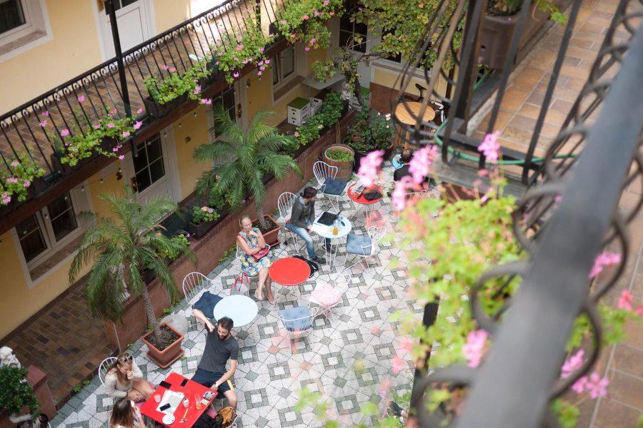 Eläväisessä 7. kaupunginosassa sijaitsevalla hotellilla on kodikas sisäpiha. Kuva: Hotel am Brillantengrund.
